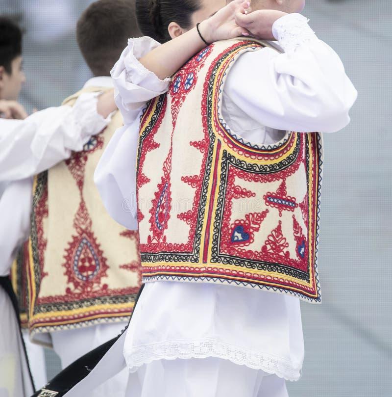 Costume national roumain sur des danseurs exécutant sur l'étape photo libre de droits