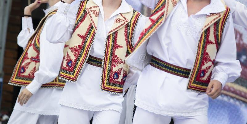 Costume national roumain sur des danseurs exécutant sur l'étape photo stock
