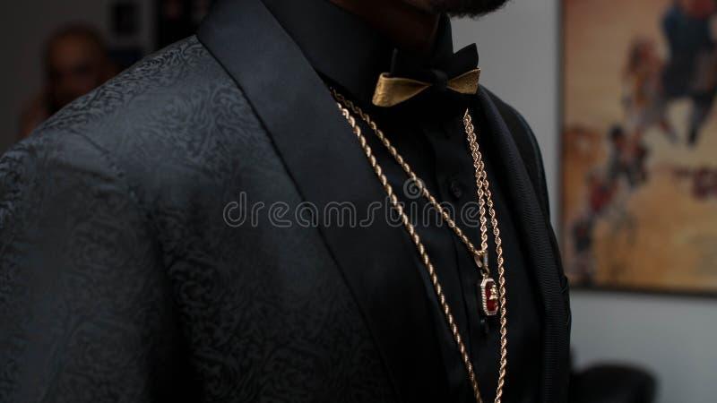 Costume noir avec Bowtie image stock