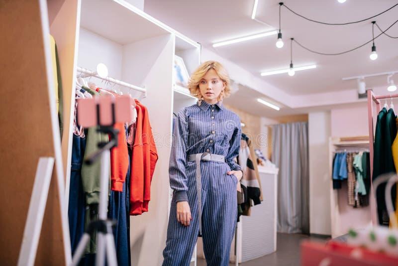 Costume rayé de port de pullover de blogger élégant de mode filmant le blog images stock