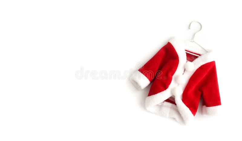 Costume rosso del vestito del cappotto di Santa Claus Saint Nicholas del fondo di Natale il mini con i polsini bianchi pone piana fotografia stock libera da diritti
