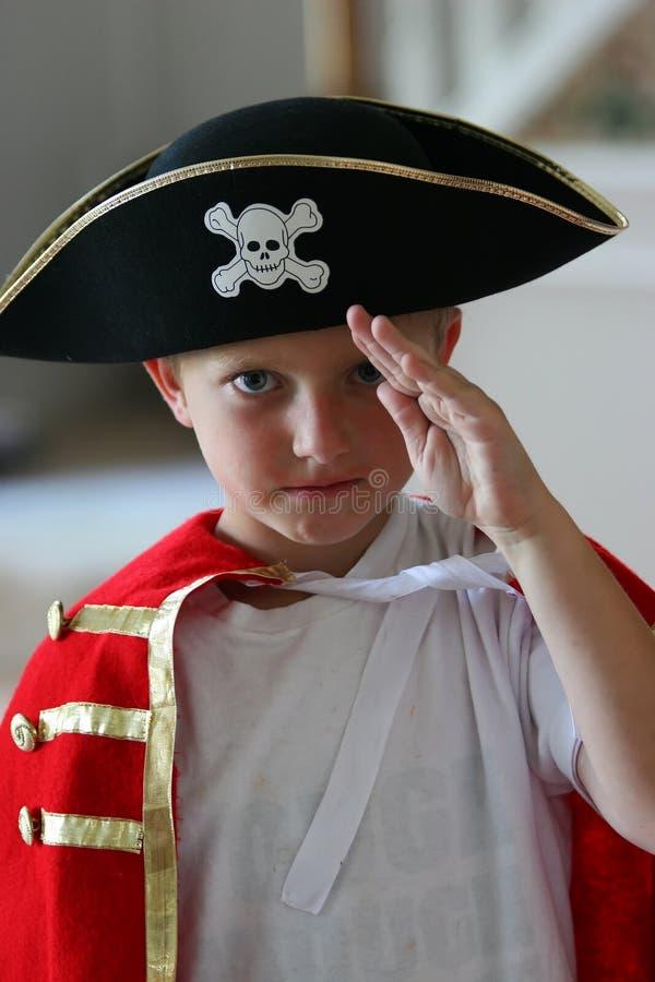 Costume s'usant de pirate de garçon photo stock