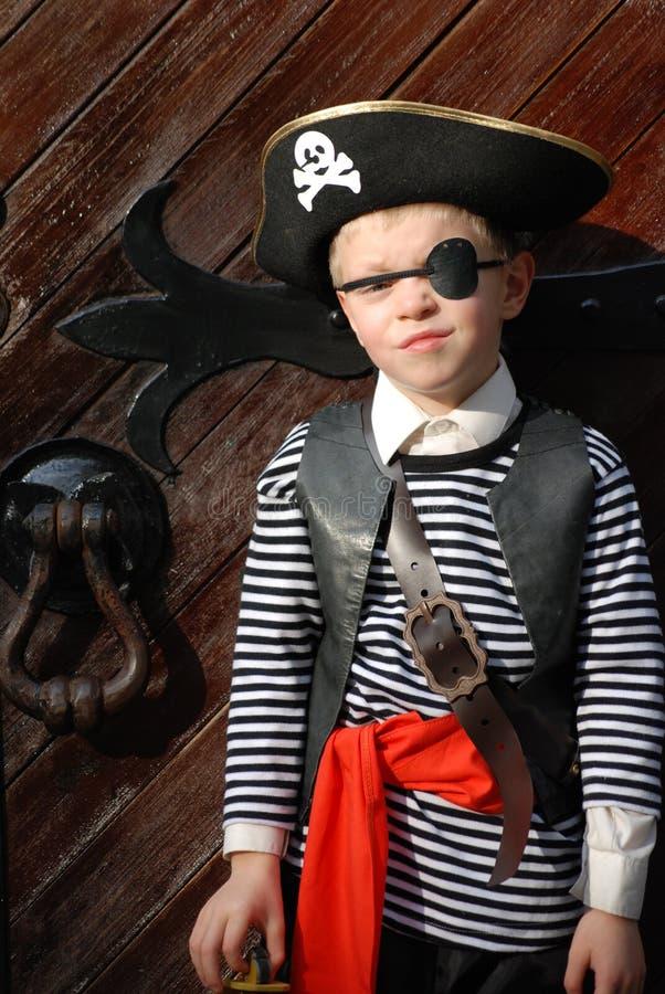 Costume s'usant de pirate de garçon image stock