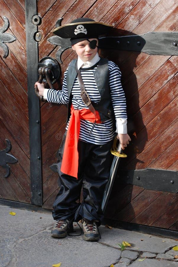 Costume s'usant de pirate de garçon images stock