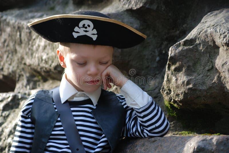 Costume s'usant de pirate de garçon image libre de droits