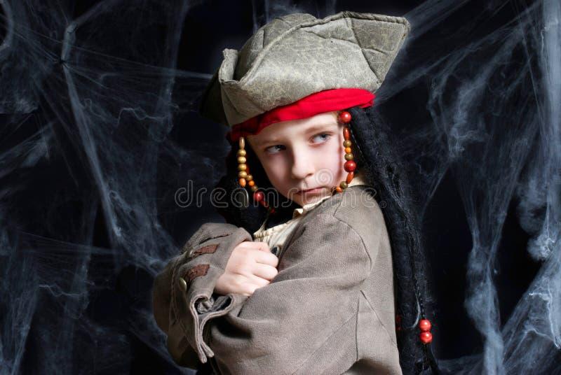 Costume s'usant de pirate de petit garçon images libres de droits