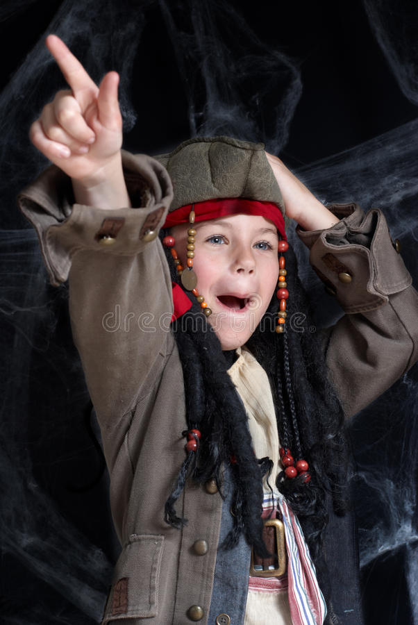 Costume s'usant de pirate de petit garçon photographie stock
