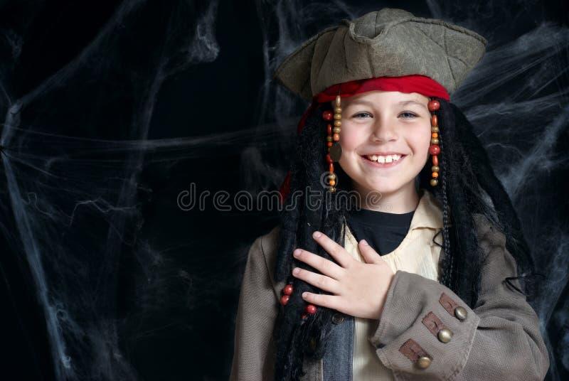 Costume s'usant de pirate de petit garçon image stock