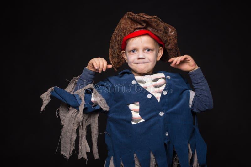 Costume s'usant de pirate de petit garçon Veille de la toussaint images stock
