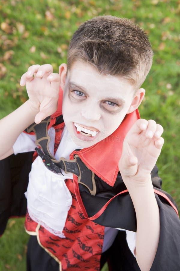 Costume s'usant de vampire de jeune garçon Veille de la toussaint photos stock