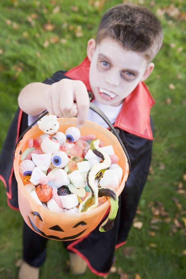 Costume s'usant de vampire de jeune garçon Veille de la toussaint photographie stock libre de droits