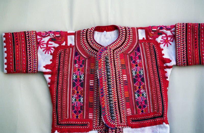 Costume traditionnel coloré de Macédoine images libres de droits
