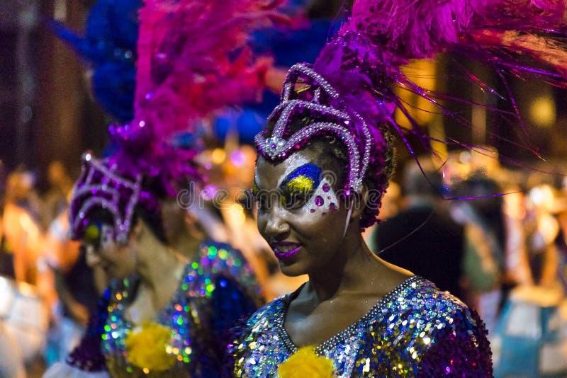 Costumed Atrakcyjna tancerz kobieta przy Karnawałową paradą Urugwaj obrazy stock