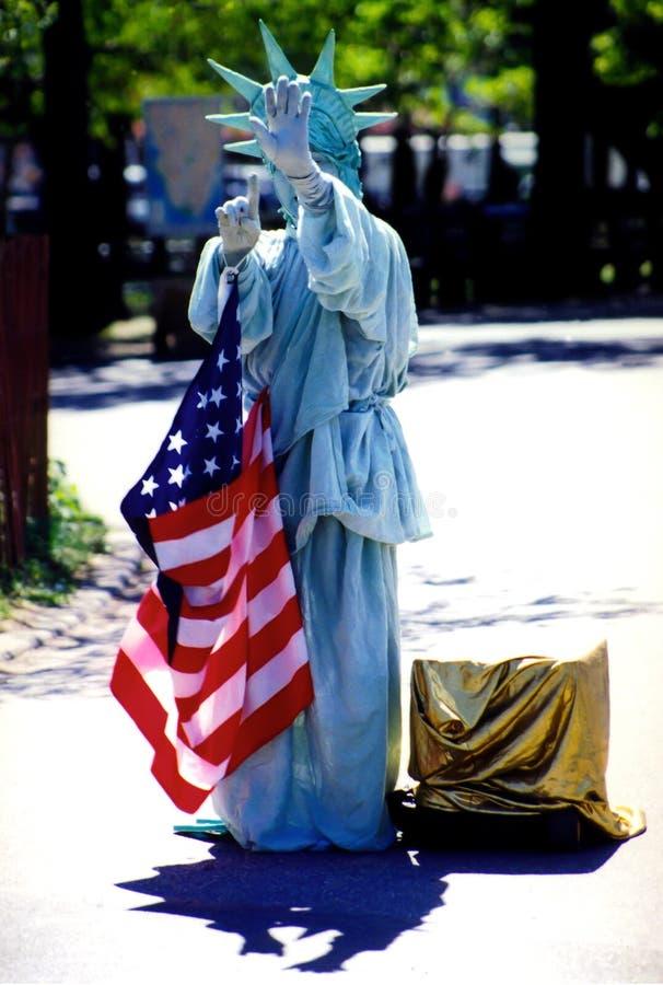 Costumed kobieta bawić się statuę wolności zdjęcia stock