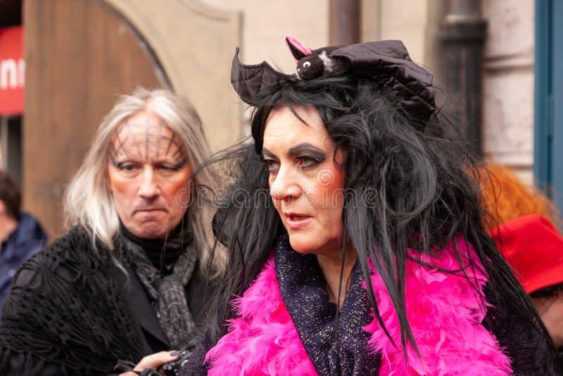 Costumed kobieta w ulicach Praga podczas carodejnice festiwalu lub czarownicy płonącej nocy, obraz royalty free