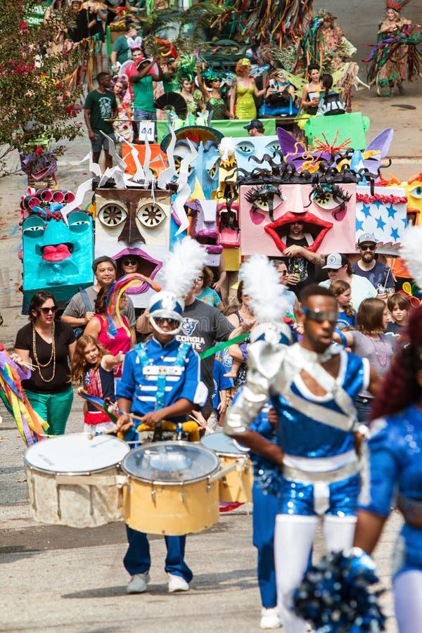 Costumed ludzie spaceru W Eklektycznej Atlanta spadku festiwalu paradzie obraz stock