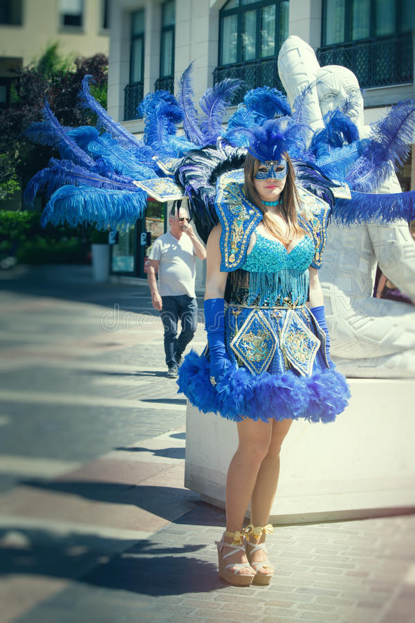 Costumes bleus vénitiens, belle fille défilant dans la rue images libres de droits