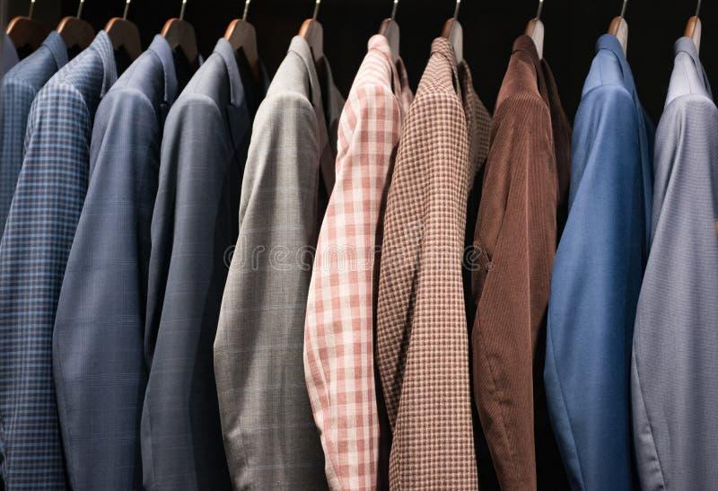 Costumes d'hommes dans un magasin de mode images libres de droits