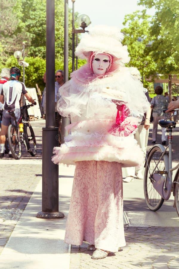 Costumes roses vénitiens, belle fille défilant dans la rue images libres de droits
