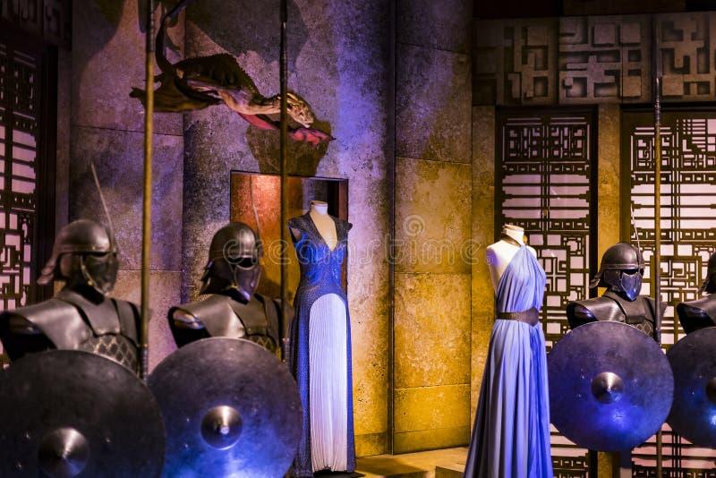 Costumi originali degli attori e dei puntelli dal ` The Game di film del ` dei troni nei locali del museo marittimo di Barcellona immagini stock libere da diritti