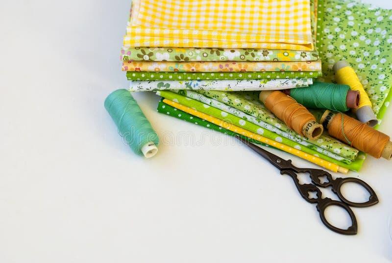 Costura à mão dos materiais no branco imagens de stock royalty free