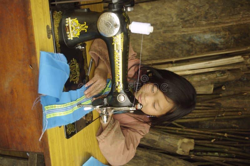 Costura azul da menina de Hmong imagem de stock