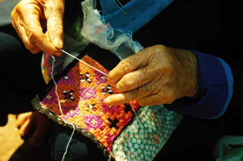 Costura de las viejas manos fotos de archivo