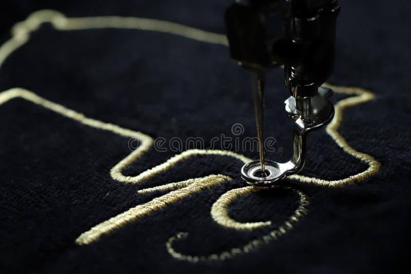 Costura del motivo chino del Año Nuevo 2019 por la máquina del bordado con hilado precioso del oro en tela del negro velvetely imagen de archivo libre de regalías