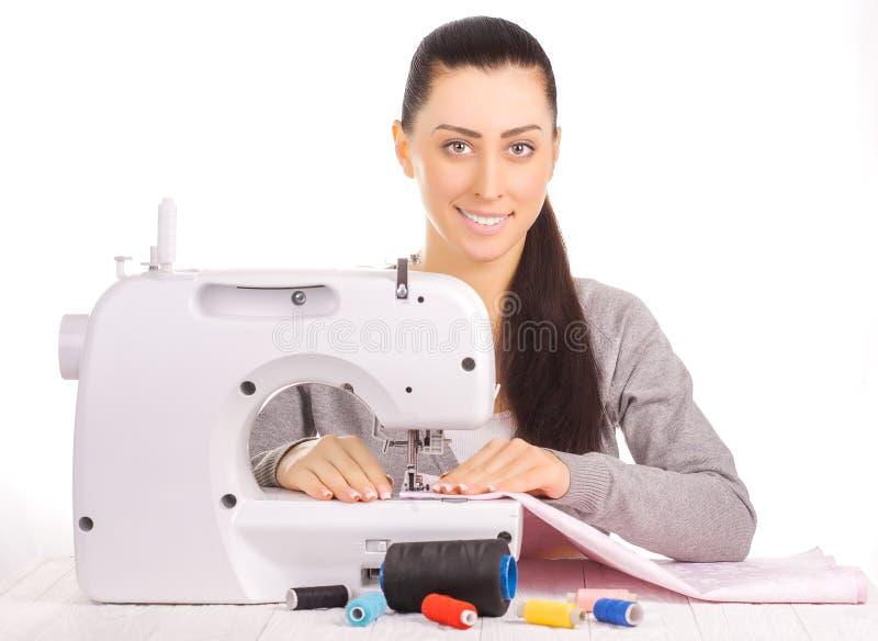 Costura feliz da costureira Isolado no branco fotografia de stock