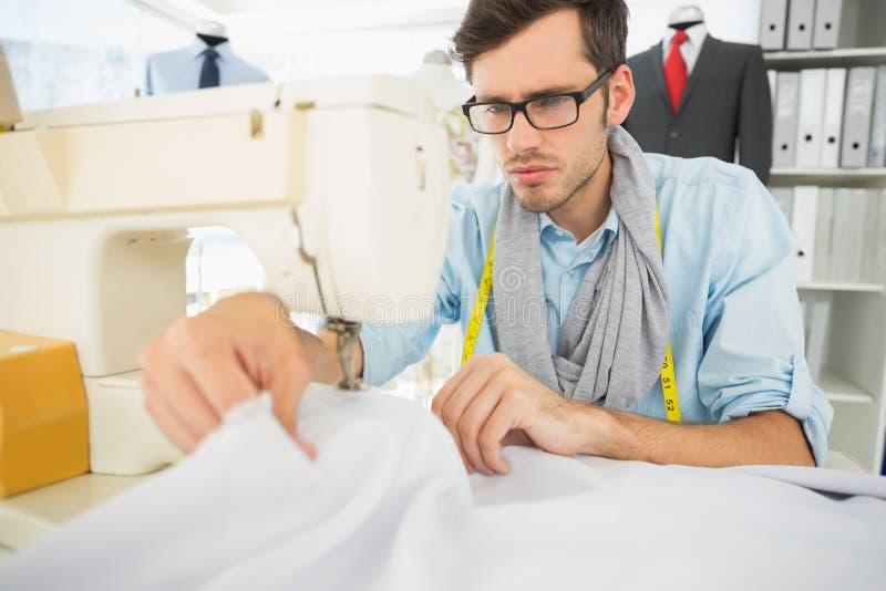 Costura masculina do alfaiate na oficina fotos de stock royalty free