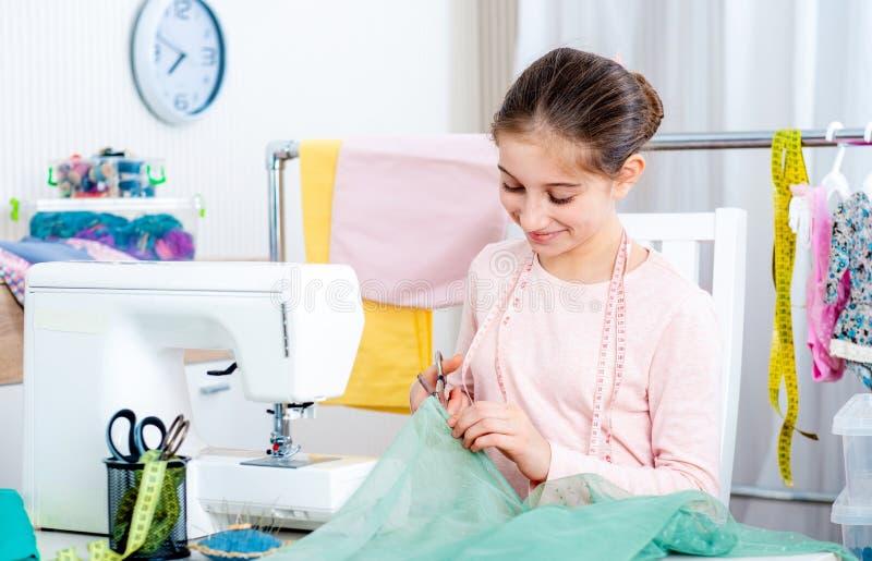 Costureira fêmea nova que trabalha na máquina de costura imagem de stock royalty free