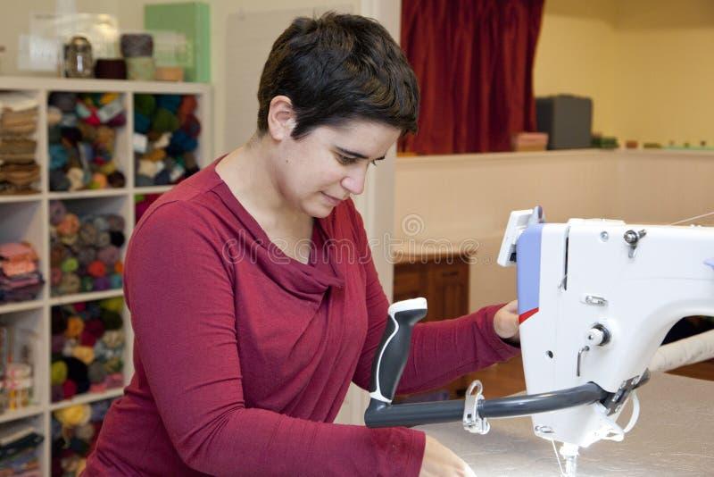 Costureira longa da máquina de costura do braço imagem de stock royalty free