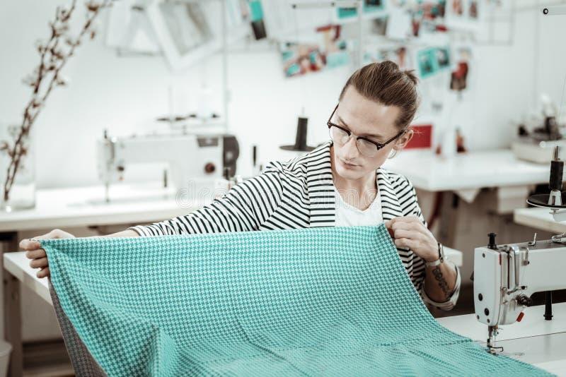 Costureira nova de cabelos compridos da forma com um funcionamento da tatuagem com tela imagem de stock