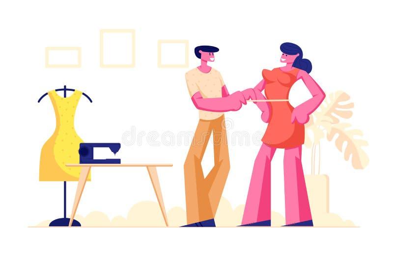 Costureira ou alfaiate masculino Measuring Woman Breast com a fita para fazer o vestido, desenhista Working da roupa na oficina ilustração royalty free
