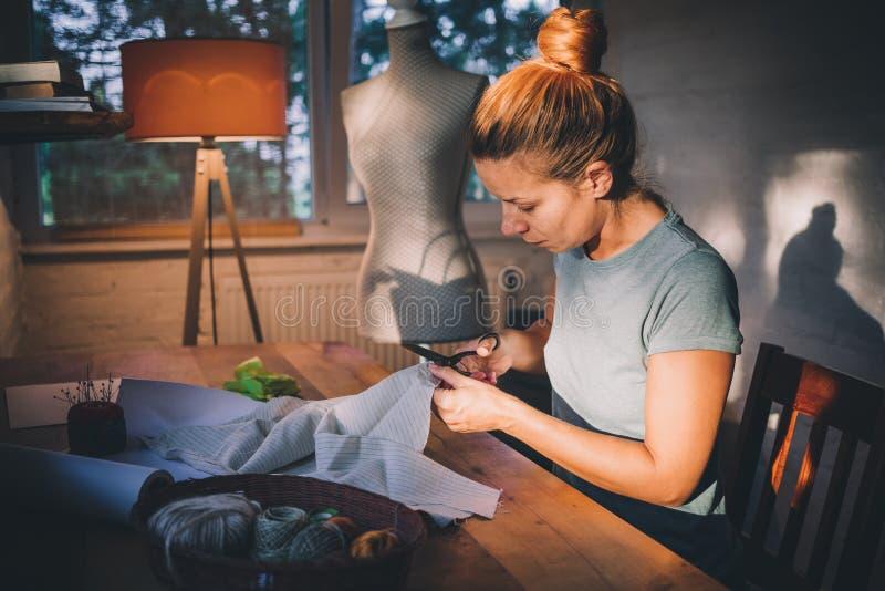 Costureira profissional, desenhista que faz um traje na oficina imagens de stock royalty free