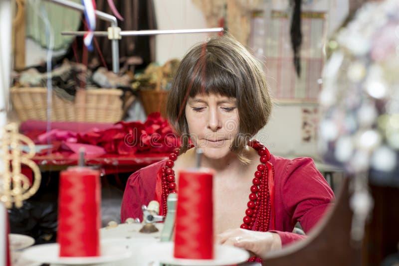 Costurera Working con una máquina de coser fotos de archivo