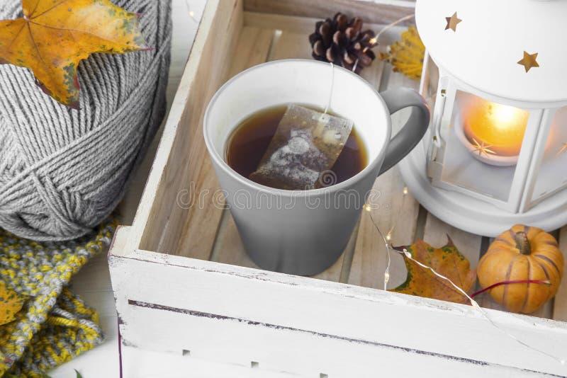 Cosy jesień z herbacianą filiżanką, lampionem i dziewiarską wełną, zdjęcie stock
