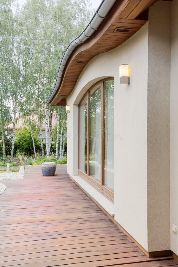 Cosy oddzielny dom z drewnianym tarasem zdjęcia stock