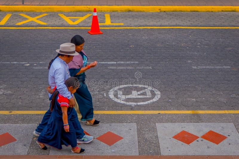 COTACACHI, ECUADOR, 06 NOVEMBER, 2018: Niet geïdentificeerde mensen die in sidewak, van de stad van Cotacachi lopen stock afbeelding