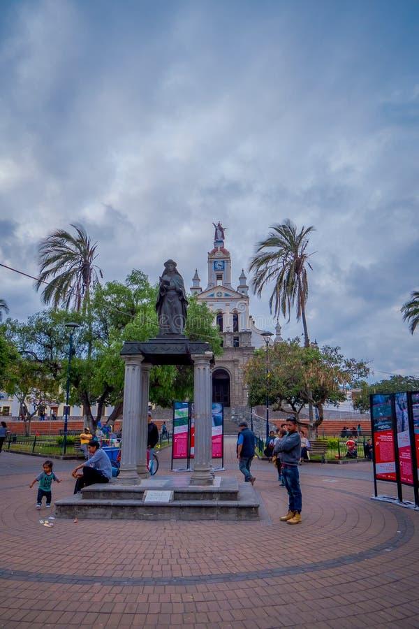 COTACACHI, EKWADOR, LISTOPAD 06, 2018: Ludzie chodzi przed Calderon parkiem, Cotacachi, Ekwador fotografia stock