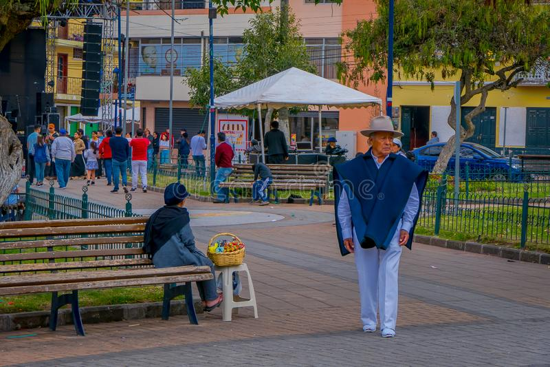 COTACACHI, EQUATEUR, LE 6 NOVEMBRE 2018 : Les gens en parc de Calderon, Cotacachi, Equateur, devant l'église de Matriz images libres de droits
