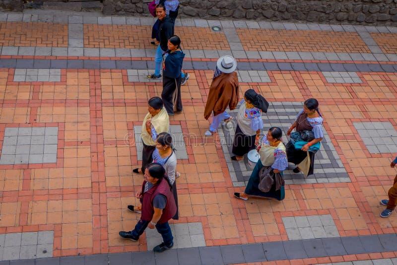 COTACACHI, EQUATEUR, LE 6 NOVEMBRE 2018 : Personnes non identifiées marchant dans le sidewak, de la ville de Cotacachi images libres de droits