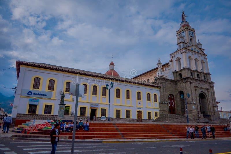 COTACACHI, EQUATEUR, LE 6 NOVEMBRE 2018 : Personnes non identifiées marchant devant l'église catholique coloniale outre de Matriz photographie stock libre de droits