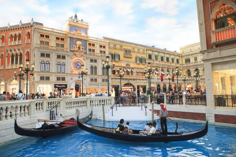 COTAI pasek, MACAU, CHINA-AUGUST 22 gość na gondoli łodzi w V fotografia royalty free