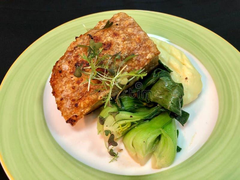 Cotenna grigliata della pancia di carne di maiale in piatto verde fotografia stock