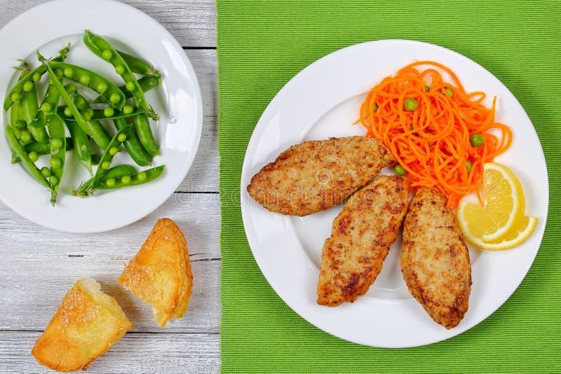 Cotoletta del tacchino del pollo ed insalata della carota fotografia stock