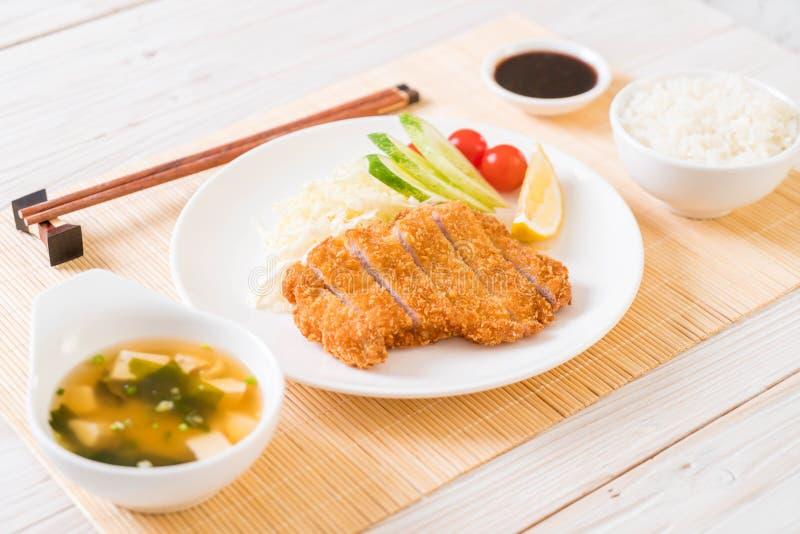 Cotoletta della carne di maiale fritta nel grasso bollente giapponese (tonkatsu messo) fotografie stock libere da diritti