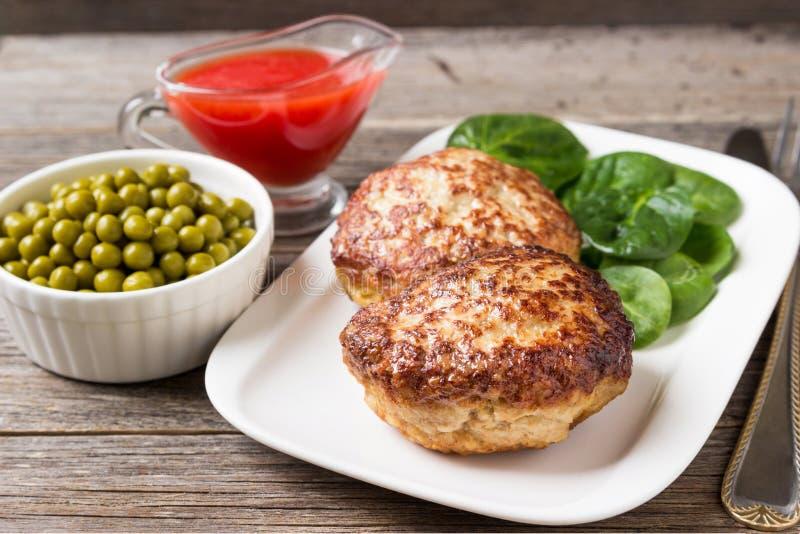 Cotolette casalinghe con un'insalata su un piatto fotografia stock libera da diritti