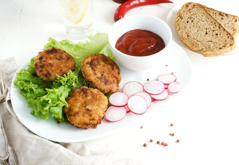 Cotolette casalinghe della carne del pollo fritto con le foglie, la lattuga e la salsa del salade immagine stock