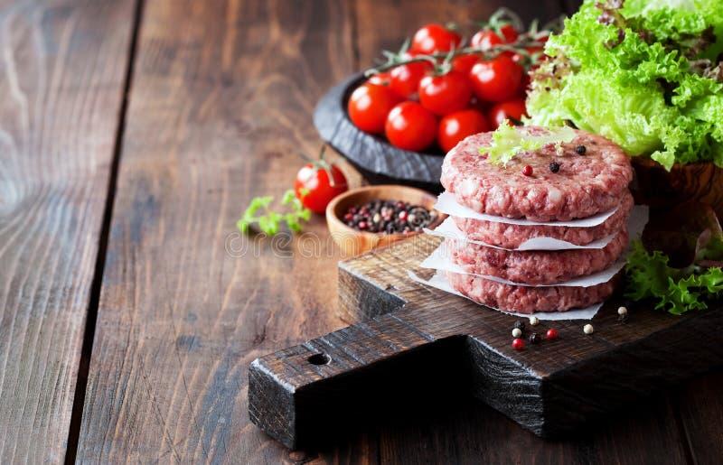 Cotolette crude della bistecca dell'hamburger della carne della carne tritata fotografie stock